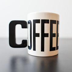 Caneca Criativa Coffee | Seu amor por café estampado em capslock na sua caneca. Veja esse e outros presentes criativos em Pequenas Felicidades