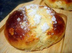 Con la receta de bollos suizos podemos elaborar otros bollos denominados cristinas o medianoches. Unas piezas de repostería, típicas de una cafetería.