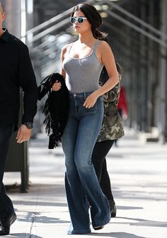 Bell Bottoms from Selena Gomez's Street Style Even in a fitted gray tank and bell bottom jeans, Selena nails it. Selena Gomez Fashion, Mode Selena Gomez, Selena Gomez Fotos, Selena Gomez Pictures, Selena Gomez Style, Selena Gomez Outfits Casual, Selena Gomez Body, Selena Gomez Weight Gain, Selena Gomez Clothes