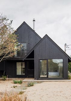 A black surf house in Montauk Renovated by New York* studio T W Ryan Architecture, the black timber surf house is located on a sandy lot in Ditch Plains – a famous surf spot in Montauk, which is a village at the east end of the Long Island peninsula. Surf House, Residential Architecture, Modern Architecture, Architecture Awards, Style Surf, Black House Exterior, New York Studio, House Goals, Exterior Design