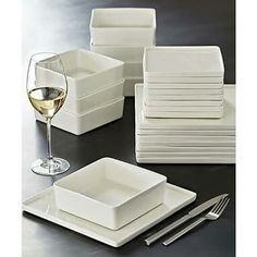 Designed to complement your food, not compete with it, our colorful dishes and modern dinnerware sets will make every meal a bit more stylish. Cool Kitchen Gadgets, Kitchen Items, Cool Kitchens, Kitchen Decor, Dinnerware Sets For 8, Modern Dinnerware, White Dinnerware, Home Decor Accessories, Decorative Accessories