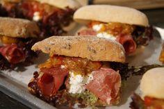 Ciabatta met lollo rosso, hütenkase, rauwe ham en een paprika chutney #glutenvrij #schär