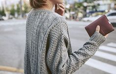 """""""Eu adoro esse tipo de casaco. Deixa a gente super confortável, não fica marcando ou apertando. Meu jeito preferido de usá-los é com uma parte de baixo mais ~sequinha~ ou justa. Por exemplo: com um suéter oversized, fica bem legal usar uma legging; com um cardigã oversized, que tal colocar um short?; com um moletom oversized, coloque uma saia… e assim por diante. Gosto desse jeito porque cria uma composição harmônica, sem exageros."""""""