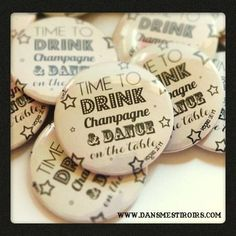 Badges personnalisés MARIAGE EVJF Faits par www.dansmestiroirs.com Drink Table, Champagne, Drinks, Boutique, Personalised Badges, Birthday, Weddings, Beverage Table, Beverages