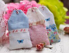 Allegre e profumate: etichette di stoffa imbottite di lavanda