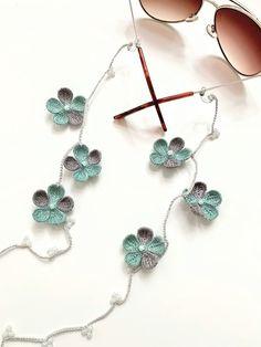 Crochet Jewelry Patterns, Crochet Accessories, Crochet Designs, Crochet Leaves, Crochet Flowers, Bead Crochet, Crochet Earrings, Fabric Bracelets, Textile Jewelry