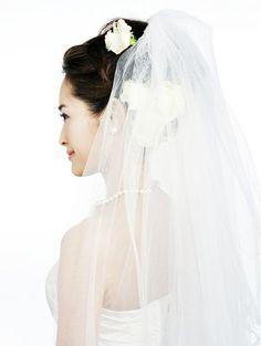 ふんわりアップのベールスタイルで幸せ感たっぷりの花嫁姿に/Side ヘアメイクカタログ ザ・ウエディング