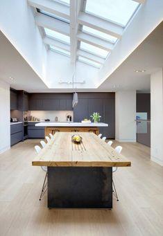 puits de lumière, cuisine d'exception avec plafond blanc et grande table industrielle