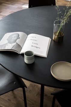 Kinfolk's sublime new Copenhagen HQ by Norm Architects is influenced by Scandinavian & Japanese aesthetic, resulting in a pared-back gallery and workspace. Kinfolk Magazine, Design Studio Office, Design Desk, Kitchen Design, Inspiration Design, Workspace Inspiration, Interior Inspiration, Interior Concept, Japanese Aesthetic