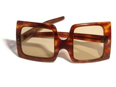Pierre Cardin, asymmetric Shades, late 1960s. Faux tortoiseshell. Cellulose Acetate plastic. Made in France. Via Flickr.