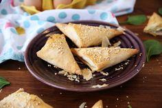 Egy finom Spenótos háromszögek (spanakopita) ebédre vagy vacsorára? Spenótos háromszögek (spanakopita) Receptek a Mindmegette.hu Recept gyűjteményében! Spanakopita, Bread, Cheese, Snacks, Dairy, Pizza, Food, Appetizers, Brot
