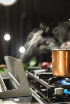 Der Gas Deflektor des NEFF Kochfeldabzugs verhindert das Erlöschen der Flamme…