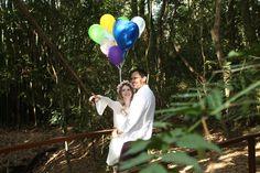 Eveline e Anderson usaram balões coloridos na e-session que foi realizada em um lugar com muito verde. As fotos ficaram super românticas. Vem ler!