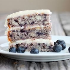 Blueberry Cake w/ Lemon Icing. Moist Blueberry Cake with Light Lemon Icing Köstliche Desserts, Delicious Desserts, Yummy Food, Blueberry Cake, Blueberry Recipes, Blueberry Season, Sweet Recipes, Cake Recipes, Dessert Recipes