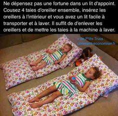 Pas besoin de dépenser une fortune pour acheter un lit pliant ou parapluie ! L'astuce est de coudre 4 taies d'oreiller ensemble pour faire un matelas facile à transporter. Regardez :-) Découvrez l'astuce ici : http://www.comment-economiser.fr/lit-d-appoint-pas-cher-enfants.html?utm_content=buffer30e85&utm_medium=social&utm_source=pinterest.com&utm_campaign=buffer
