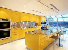 Venus: cocina amarilla de Snaidero. La cocina amarilla Venus es un producto de Snaidero. Tiene frentes de armarios y cajones en lacado amarillo brillante, con detalles en acero inoxidable. Es una cocina de diseño potente y vibrante, que incluye algunos trazados curvos, con superficies en dos niveles, incluso en el mueble isla.  #Cocina