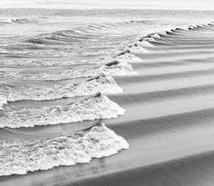 ritme, de golven lijken te bewegen richting het strand.