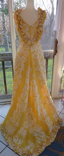 I am not a fan of yellow but this dress is beautifully made! Vintage Outfits, Vintage Dresses, Hawaiian Muumuu, Hawaiian Dresses, Polynesian Dresses, Hula, Formal Dresses For Weddings, Wedding Dresses, Island Wear