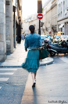 Womenswear Street Style by Ángel Robles. Fashion Photography from Paris Fashion Week. Casual elegance on the streets of Paris: denim jacket and a tulle midi skirt