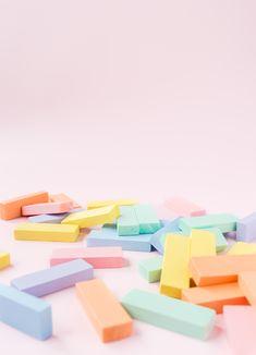 Einen Wackelturm aus Holz selber bauen und anmalen. Last Minute Geschenk für den kleinen Geldbeutel. #diy #doityourself #holzspielzeug #holz #wooden #woodentoys #wackelturm # jenga #tumbletower #stackingtower #regenbogen #rainbow #pastell #pastel #selberbauen #selbermachen #kinderzimmer #geschenkidee #lastminute #geschenkefürkinder