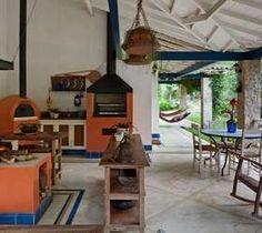Na parte externa, forno a lenha, churrasqueira e fogão a lenha Foto: Nelson Kon