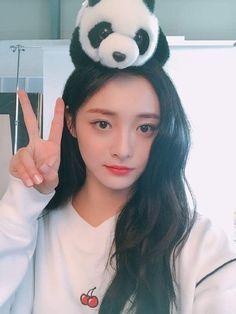 Girl Drawing Pictures, Pledis Girlz, Korean Natural Makeup, Auxerre, China Girl, Jeon Somi, Pledis Entertainment, Artistic Photography, Kpop Girls