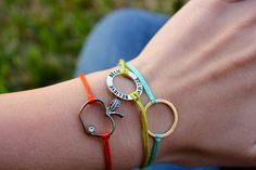 super cute & easy bracelet tutorial from Sweet Verbena diy-bracelet Tutorial Anillo, Bracelet Tutorial, Simple Bracelets, Cute Bracelets, Charm Bracelets, Floss Bracelets, Braclets Diy, Recycled Bracelets, Homemade Bracelets