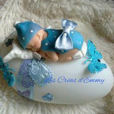 Bebe Miniature porcelaine froide posé sur un galet lumineux