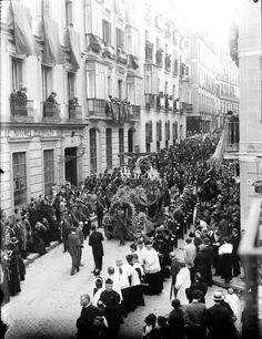 Procesión en la calle del Prado, esquina con Santa Catalina, 1918.