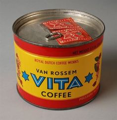 Ongeopend koffieblik voor 1 pond (454 gram) koffie van Van Rossem, productnaam Vita, Coffee Works, Coffee Tin, Vintage Packaging, Coffee Packaging, Vintage Tins, Vintage Coffee, Royal Dutch, Coffee Container, Tin Cans
