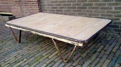 industriële salontafel, gemaakt van oude en gerecycled materiaal