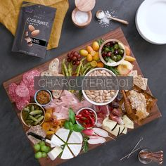 30 Awesome Vegan Party Food Ideas A good party or get together needs great food! This collection of Awesome Vegan Party Food Ideas is sure to impress your guests. Charcuterie And Cheese Board, Charcuterie Platter, Cheese Boards, Antipasti Board, Charcuterie Ideas, Meat Platter, Antipasto Platter, Appetizers For Party, Appetizer Recipes