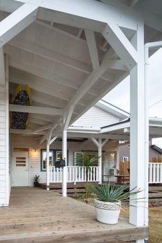 庭のデザイン:house-05をご紹介。こちらでお気に入りの庭デザインを見つけて、自分だけの素敵な家を完成させましょう。 Cafe Design, House Design, Navy Houses, California Style, Diy Interior, Exterior Design, Entrance, Beach House, Porch