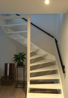Stalen trapleuning, vierkant design en mat zwart gepoedercoat Open Trap, Stairway To Heaven, Staircase Design, Stairways, Warm And Cozy, Living Room Designs, My House, Sweet Home, New Homes