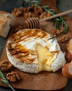 Baked Brie with Honey, Rosemary, & Candied Walnuts These 13 Baked Cheese Recipes Will Make Life Better I Love Food, Good Food, Yummy Food, Yummy Lunch, Delicious Recipes, Healthy Food, Candied Walnuts, Baked Cheese, Appetizer Recipes