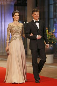 Crown Prince Frederik and Crown Princess Mary of Denmark attend Queen Beatrix' final dinner as Queen for members of the royal family and other VIP guests at the Rijksmuseum. Mary wore a new beautiful dress from Heartmade by Julie Fagerholt. Crown Princess Mary, Prince And Princess, Hollywood Fashion, Royal Fashion, Mary Donaldson, Style Royal, Robes Vintage, Princesa Mary, Mothers Dresses