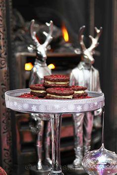 Na Vánoce letos vyzkoušejte něco nového. Neznamená to ústup od tradičních druhů cukroví, které máme tak rádi a celý rok se na ně těšíme, ale mírné oživení již zaběhlých receptů vánočního cukroví. Vyzkoušejte hříšně kakaové dortíčky se sametovou náplní z … Read More