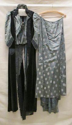 Maker Schüler & Cie [onbekend] (modehuis) Periode circa 1898 Beschrijving Tweedelige japon van blauwgroene satijn met gebrocheerd stippenmotief in witte zijde, lijfje met afhangende slippen donkergroen fluweel, met uitgesneden bloemen en lange rok Tweedelige japon van blauwgroene satijn met gebrocheerd stippenmotief in witte zijde, lijfje met afhangende slippen donkergroen fluweel, met uitgesneden bloemen en lange rok Instelling Gemeentemuseum Den Haag Objectnummer 0634431