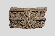 Linteau de temple illustré en haut relief d'un Vishnu chevauchant l'éléphant tricéphale Ananda auréolé d'une mandorle foisonnante sur fond de rinceaux et frises lotiformes. Pierre grès rose. Koh- Ker. Khmer. 10 ème siècle. 75x45cm.