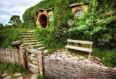 Bag End, Hobbiton    Here's a new Hobbiton photo for you - Bag End, home of Bilbo Baggins & best hobbit hole in the shire. I took this photo two days after they had finished filming scenes for The Hobbit film, so all the sets & props were still fresh. It felt as if Bilbo had just left moments ago. Up until recently there was an embargo on all photos taken at the Hobbiton film set, but that has recently...  展开此信息 »