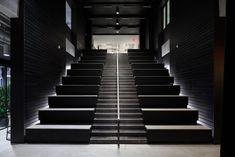 Digital Media Company Headquarters - New York City - Office Snapshots Retail Architecture, Amazing Architecture, Visual Merchandising, Office Issues, Digital Retail, Tiered Seating, City Office, Steel Columns, Industrial Park
