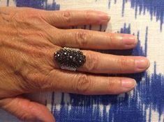 ": ""The Biker-Chick"" ring Swarovski montee / miyuki ring beading tutorial Tutorial Anillo, Ring Tutorial, Necklace Tutorial, Pony Bead Jewelry, Pony Beads, Beaded Rings, Beaded Bracelets, Wire Wrapped Rings, Wire Rings"