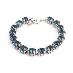 Koop deze chique donker blauwe armband van design merk Krikor bij Aurora Patina, de leukste sieraden webshop van Nederland!
