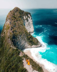 Kelingking viewpoint and Kelingking Beach on Nusa Penida are one of the highlights of Bali. Visit the viewpoint and see 'T-Rex head' of Nusa Penida. Cool Places To Visit, Places To Travel, Places To Go, Bali Travel, Us Travel, Voyage Bali, Most Beautiful Beaches, White Sand Beach, Travel Goals