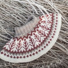 Ravelry: Emblahals pattern by Tina Hauglund Knit Cowl, Knitted Shawls, Shawl Patterns, Crochet Patterns, Knit Or Crochet, Crochet Hats, Icelandic Sweaters, Thing 1, Keep Warm