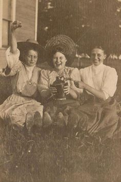 party time∴ Trios ∴ the three graces & groups of 3 in art and photos - Edwardian chums Antique Photos, Vintage Pictures, Old Pictures, Vintage Images, Old Photos, Edwardian Era, Victorian Women, Vintage Photographs, Vintage Beauty