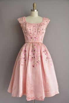 Prachtige vintage jaren 1950 roze satijn jurk, ronde hals met een meest vleiende vrouwelijke ingerichte bovenlijfje met een lijn van op maat gemaakte buste en taille, gratis volledige rok, laag terug met een terug metalen rits sluiting.  ✂---M E EEN S U R E M E N T S--- best past: kleine  Bust: 34 Taille: 25 heupen: open fit wapens: 3 totale lengte: 42  materiaal: Satijn voorwaarde: Oke/goed, de jurk is mooi en goed presenteert voor het grootste deel, maar heeft een handvol kleine gebreken…