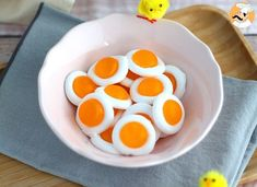 Have you ever tried to make homemade candy? Here is a simple recipe to make those cute gummy fried eggs! - Recipe : Easy gummy fried eggs by PetitChef_Official Easy Snacks, Healthy Snacks, Easy Meals, Ariel Cake, Gravity Cake, Yellow Foods, Good Food, Yummy Food, Homemade Candies