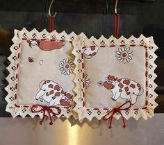 PRESINE - Linea Mucca Rossa - Allegre presine realizzate artigianalmente in tessuto 100% cotone ed elegantemente rifinite con un bordo di merletto e cordoncino