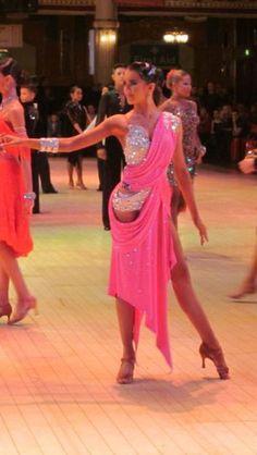Elegant Grecian drapes. Латина платье розовое